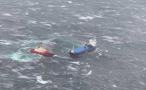 Her får slepebåten tak i havaristen.