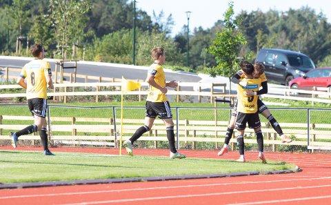Kristian Knarvik hylles av lagkameratene etter det første målet i kampen.