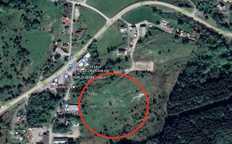 10 DEKAR: Det aktuelle området ligg bak fabrikken til Aksel L. Hansson, og grensar til dei andre tomtene i dagens næringsområde på Puntsnes.
