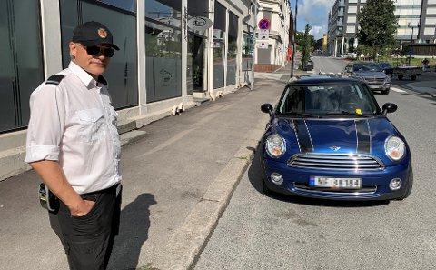 KOSTER 900: - Vi skriver ikke bøter for at kommunen skal tjene penger på denne plassen, sier trafikkbetjent Dag Borgersen. BLA FOR Å SE FLERE BILDER.