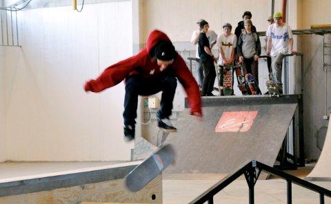 UTREDNING: Kjetil Grotbæk Moen (H) vil ha utredet en park for rullende aktiviteter. Her et tilbakeblikk da innendørsanlegget til Notodden skateboardklubb var rimelig nytt.