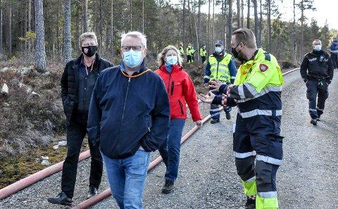 ØVELSE: Brannsjef Elling Krosshus informerer Notodden kommunes Ragnar Frøland, Tore Hagen, Mie Jørgensen under skogbrannøvelsen i nærheten av Fjelltjønn.