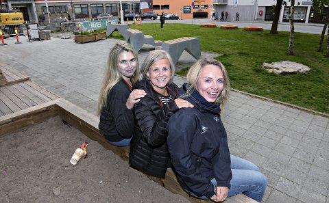 Kinosjef Linn Runa Schnell Kvalvåg (fra venstre), biblioteksjef Elisabeth Soleim og fagleder ved kulturskolen, Hanne Tømmer-våg Tetlie, tror Carolines Plass har et stort potensial som samlingsplass for hele familien.