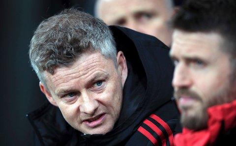 Ole Gunnar Solskjær snakker med trenerkollega Michael Carrick under kampen mot Newcastle United på St James' Park onsdag kveld.