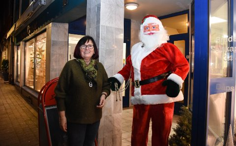 Vibeke Winje Halaas hos Edith Winje frisør- og brudesalong er fornøyd med årets julenisse. Ikke alle hennes ansatte er det. Kanskje ikke alle som går forbi heller.