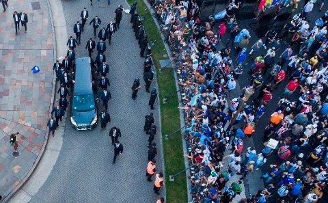 Bilen med Diego Maradonas båre forlater presidentpalasset i Buenos Aires torsdag.