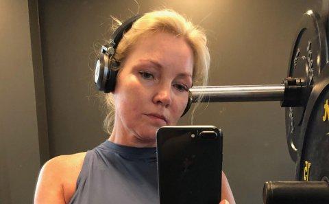 – Jeg har vært så fornøyd med den treningstoppen, den var både luftig og behagelig, men nå må jeg prøve å finne noe annet å trene i, sier Lisbeth etter episoden på treningssenteret.