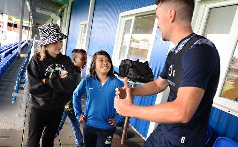 Andreas Hopmark viser Emma Meyer-Olsen, Ahmed Mohamed og Maxwell Hjelmeland hvordan han jublet etter sitt første mål i KFK-drakt. Maxwells pappa Jon Henrik Hjelmeland spilte sammen med Hopmark tilbake i 2006.