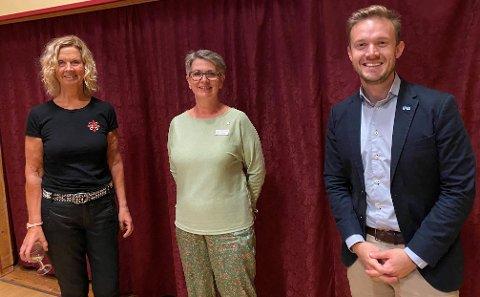 Prosjektleder Audhild Mork (fra venstre), stortingskandidat Ragnhild Helseth (V) og stortingsrepresentant Vetle Wang Soleim (H). Bildet er tatt under Kystpilegrimskonferansen på ECO Camp på Smøla fredag dag.