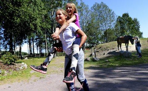 Traver: Ida Fangen Syrstad (10) fra Oslo får ri selv om hestene har fritime. Petrine Øyen (12) fra Stokke har fått jobben som hest.alle foto: Kirvil Håberg Allum