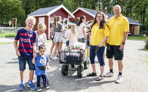 Foldvik: – Vi synes det er gøy å komme til Foldvik familiepark, sier Håkon Tveit Ekenes (11) (t.v.) og Martin André Tinnesand (10) fra Kvelde. Guttene tror også Max Tveit (2) kommer til å like seg. Til høyre står ekteparet Helene og Sigmund Foldvik som både eier og driver parken i Brunlanes. Foto: Inger Lene O. Steen