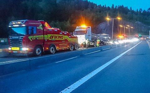 MIDT PÅ NATTA: Natt til lørdag kjørte en tung asfaltbil inn i midtskillet på E18 ved Løkentunnelen på E18, den andre ulykke på stedet på under et døgn. Ifølge bilberger Anders Gui i Vestfold bilberging smeller det langt oftere ved innsnevringene på E18 enn det som blir rapportert til politiet. Han frykter det blir en hektisk sommer, særlig ved Bommestad i Larvik.