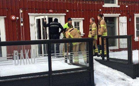 RYKKET UT: Politi og brannvesen tok seg inn og fikk stoppet vannlekkasjen.