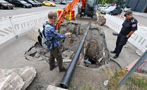 BEFARING: Det kommer fortsatt diesel eller fyringsolje i det gravde hullet i Malergaten. Her er Sigurd Anders Svalestad fra Fylkesmannen i Vestfolds miljø- og samfunnssikkerhetsavdeling, og varabrannsjef Einar Flogeland på befaring.
