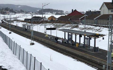 STUSSELIG: På Sande stasjon er det kun to stusselige leskur og en åpen overbygning.  Hvorfor er det en så stor forskjell på tilbudene til passasjerene fra Holmestrand og Sande, det er omtrent like mange som pendler fra begge steder?
