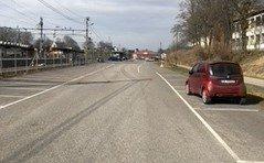TOMT: Slik ser parkeringsplassen for VY-pendlerne ut om dagen - stort sett tomme.