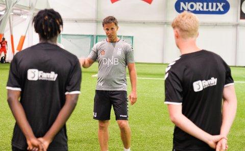 LUFTKONDISJONERT: Ronny Johnsen tok med seg spillerne på FK Eik Tønsberg innendørs i den stekende heten fredag. I Vestfoldhallen trente de i hyggelig temperatur.