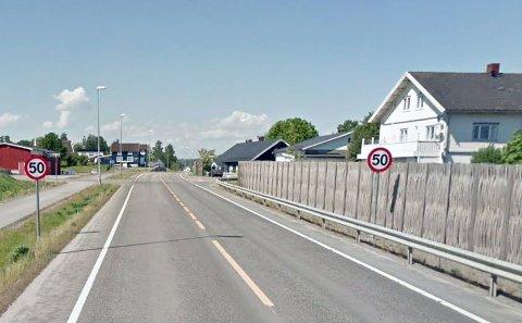 LAVERE FARTSGRENSE: Det er 50 km/t ved Totenviken skole. Nå ønsker en innbygger lavere fartsgrense der det er 80 km/t.