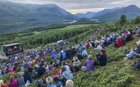 Folksomt: 1500 tok turen for å se Hekla Stålstrenga under fjorårets solefallskonsert på Jaslangen. I år spiller Jonas Fjeld og Kvarts.
