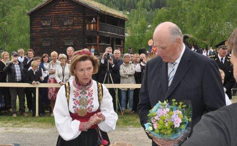 Valdres Folkemuseum: Dronning Sonja og kong Harald sette pris på besøket i Valdres i 2010. Den gongen var det ikkje snakk om koronapandemi og folk sto tett i tett.