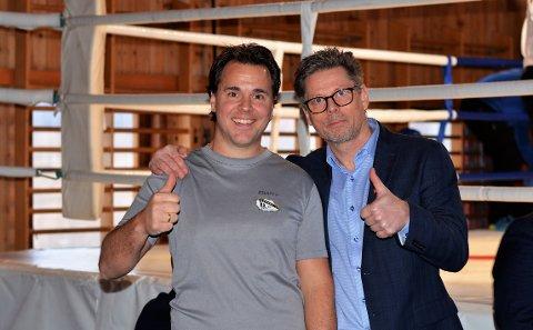 TOMMEL OPP: Stevneleder Bjørn-Erik Enge (til venstre) og de andre i Vestby ILs boksegruppe fikk velfortjent skryt av Erik Nilsen som er generalsekretær i Norges Bokseforbund.