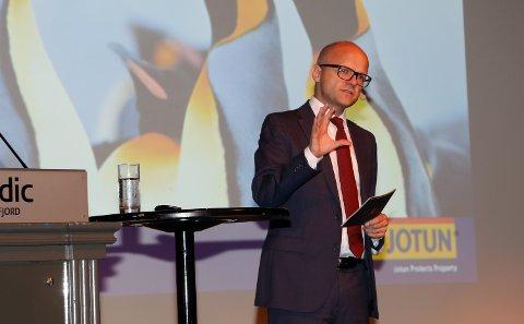 KUNNSKAP: - Med fallende oljepriser må Norge leve av kunnskap, sa EU-minister Vidar Helgesen, og roste Jotun for årevis med fokus på forskning og utvikling.