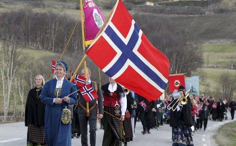 3 x HURRA! Flaggene vaiet i nordavinden og stemningen var som alltid på topp 17. mai i Dalsbygda og på Os. Her leder Lisbet Ytterhaug an folketoget i Dalsbygda. Foto: Henning Smedås