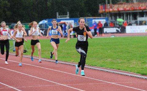 Fosset fra: Ingeborg Østgård løp inn til gull i Ungdomsmesterskapet i friidrett. Det var ingen av 16-åringene som fulgte henne på 800-meter.