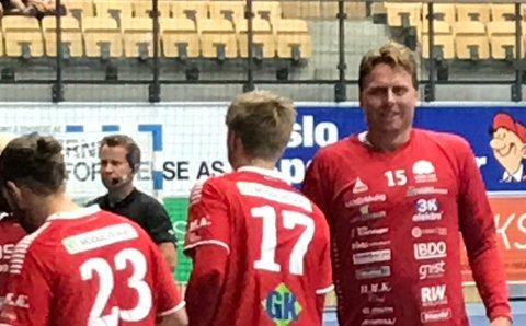 RUTINERT: Erlend Mamelund (til høyre) var i Haslums spillertropp til onsdagens kamp og varmet opp som om han skal spille kampen.