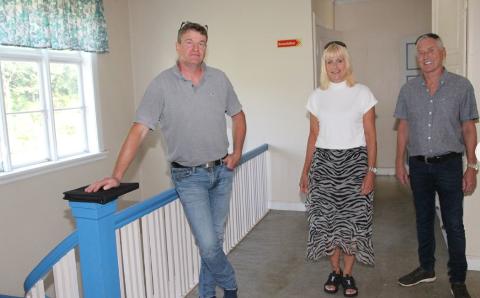SENTRALT: Paret har hatt engasjert Lars Johan Bjørkeland i Bilstad Bygg AS til prosjektet. – Doktorgården har alltid vært en sentral bygning i Sokndal og Hauge sentrum, sier han. Bitten Liland-Bertelsen (midten) til høyre Rune Liland-Bertelsen.