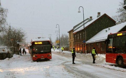 Politiet måtte bidra med å dirigere trafikken øverst i Strømsveien på Vålerenga torsdag morgen. Bla til siden for å se flere bilder fra snøkaoset torsdag morgen.