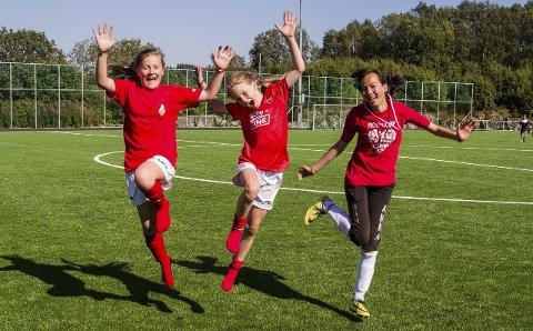HOPPANDE GLAD: Ina Sundsbø (12), Emma Sofie Risøy (11) og Anna Lervåg (13) er storfornøgd med den nye idrettsplassen på Lindås. – Alt vert så mykje betre, for no treng vi ikkje lenger å spela på grusbana, eller reisa heilt til Seim for å ha ei bana å spela på når vi skal på fotballtrening, seier Emma Sofie