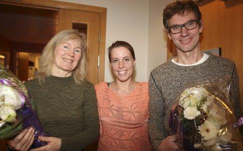 Hedret: Det vanket diplom fra Norges Livredningsselskap og blomster fra Fauske kommune, til Anny Annie Aronsen (t.v.) og Geir Johansen. Den som nok var mest fornøyd for «englenes» innsats, var Marthe Herstad.