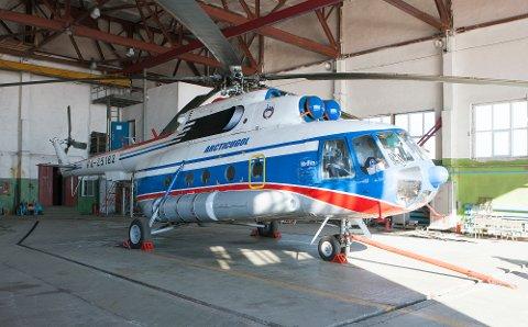 Russisk helikopter av samme type som helikopteret med åtte personer ombord som trolig har styrtet i havet ved Barentsburg på Svalbard. Foreløpig er det ikke funnet spor etter maskinen. Bildet er tatt i hangaren på den russiske helikopterbasen Kapp Heer ved Barentsburg.