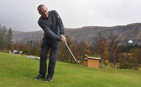 «FORE!»: Sigve Bollestad er daglig leder i Salten golfklubb, og er sannsynligvis en av de mer aktive på Bodø Golfpark ute ved Myklebostad. FOTO: Kai Jæger Kristoffersen