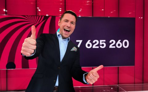 Lotto: Med fire heldige nye Lotto-millionærer som hver vant over 7,6 millioner, var det mye å feire for programleder Reidar Buskenes. To av de fire var nordlendinger.