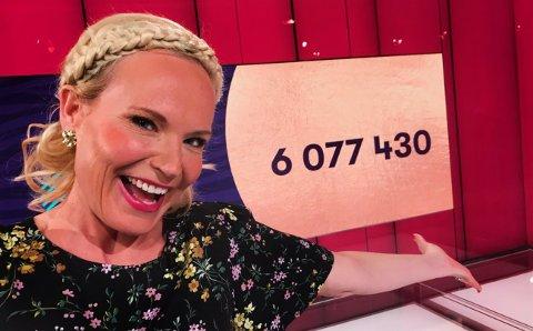 VINNERLYKKE: Ingeborg Myhre gledet seg sammen med kveldens fem storvinnere i Lotto Gulltrekning.