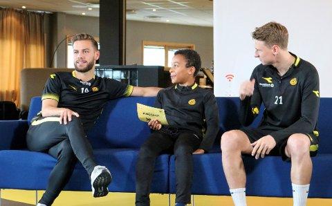 OVERRASKET: Levi (10) fikk seg en drømmedag på tirsdag da forbildene Philip Zinckernagel og Kasper Junker plutselig dukket opp. (sveip for å se reaksjonen)