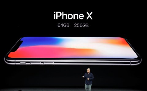 Phil Schiller i Apple viser frem nye Iphone x.