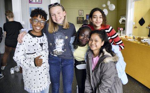 Ryan Monteiro Anselmo (13) poserer med jenter fra Fargespill; Irene L. Hjeltnes (12), Sabrin Diab (14), Sama Kader (13) og Bea K. Singkhapa (14).