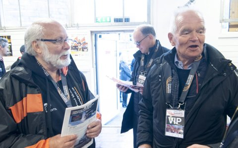 Kjell Magne Ebbesvik er sjef for Trond Mohn Games, og vil gjerne at hyllest-stevnet fortsetter. Det vil også Trond Mohn selv. Her er de to like før stevnestart onsdag. Det eneste Ebbesvik har å utsette noe på, er oppførselen til værgudene. I år var det surt og kaldt, i fjor regnet det så mye at demningen i Munkebotn brast!
