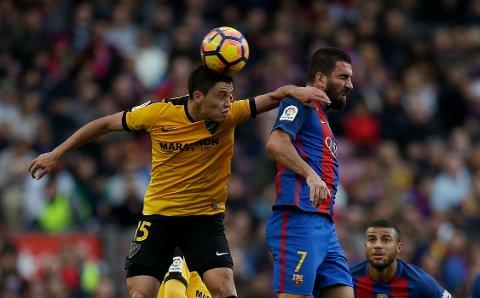 Her er Malagas Federico Ricca i kamp mot Arda Turan og Barceona i 2016. Nå håper Malaga på å rykke direkte opp igjen til den gjeveste divisjonen i Spania. (AP Photo/Manu Fernandez)