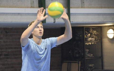 Lars Kristian Ekeland er bare 15 år, men er allerede merittert på volleyballbanen. Denne høsten har han flyttet til Bergen og er yngste spiller på TIF Viking sitt elitelag.