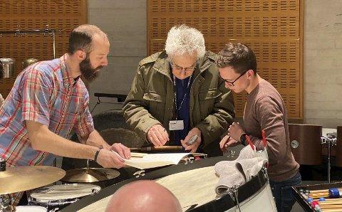 Prøvene: Owen Weaver og Trond G. Dale sammen med Ketil Hvoslef under en prøve i Grieghallen tidligere denne uken. foto: Bit20