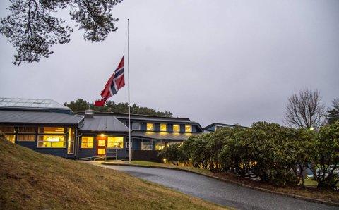 Mandag flagget Aurdalslia skole på halv stang etter å ha mistet en av sine elever i brannen.