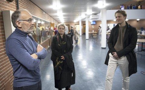 Rektor Tore Tveit sammen med ordfører Marte Mjøs Persen og fylkespolitiker Emil Gadolin i aulaen på Langhaugen mandag denne uken. Over nyttår kommer arkitekter og entreprenører inn for å legge planen for byggeprosessen.