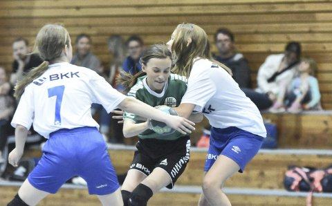 Norges Håndballforbund håper at så mange som mulig er med når den nye sesongen kastes i gang. Bildet er av Mathopen-spiller Marie Grodås Jørs på en cup i fjor.