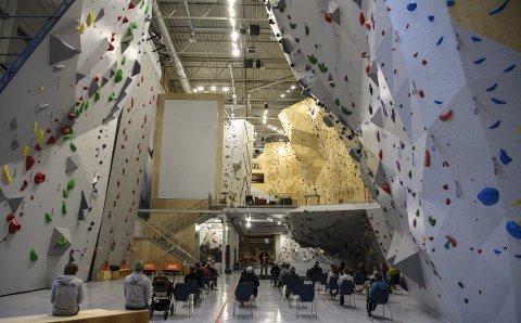 Man blir nesten svimmel av å se opp langs klatreveggene i Vestveggen, som er navnet på klatrehallen i Åsane Arena.. Torsdag var det offisiell åpning.