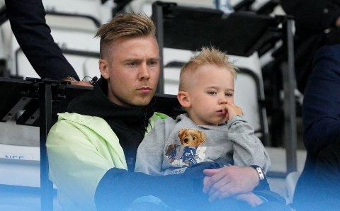 Alexander Søderlund sammen med sønnen Noah på Haugesund stadion under kampen mellom FKH og Tromsø i begynnelsen av juli.