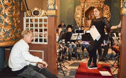 VED ALTERRINGEN: Alle detaljer ble gjennomgått med Vinni og korpsets dirigent Linda Rømo på «urpremière» i Eggedal kirke torsdag.